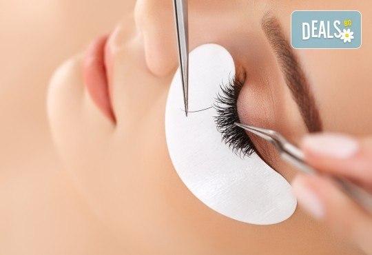 Сдобийте се с изящни и дълги мигли с процедура за поставяне на копринени мигли косъм по косъм в студио за красота L Style! - Снимка 1