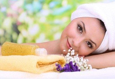 Отпуснете се с лавандулов масаж, рефлексотерапия и ваничка с цвят от лавандула в масажно студио Spa Deluxe - Снимка