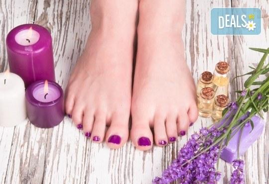 Отпуснете се с лавандулов масаж, рефлексотерапия и ваничка с цвят от лавандула в масажно студио Spa Deluxe - Снимка 2