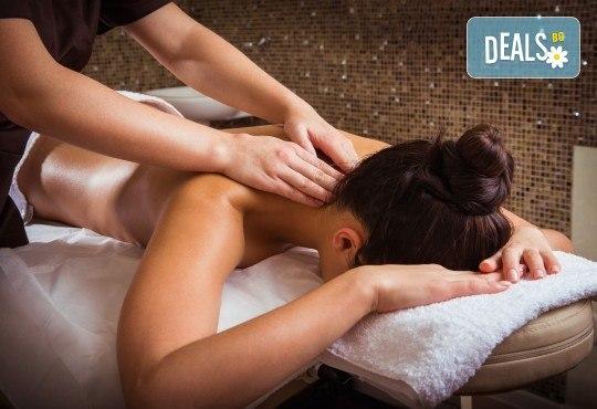 Нежен пилинг на цяло тяло с хималайска сол и чист зехтин плюс релаксиращ масаж с подхранващо бадемово масло от масажно студио Spa Deluxe - Снимка 2