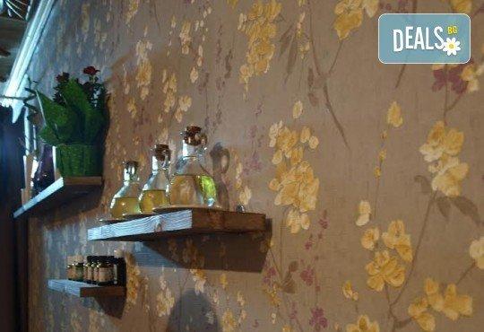 Отпуснете се с ободряващ тай масаж с топли билкови торбички от масажно студио Spa Deluxe - Снимка 5