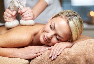 Отпуснете се с ободряващ тай масаж с топли билкови торбички от масажно студио Spa Deluxe - Снимка