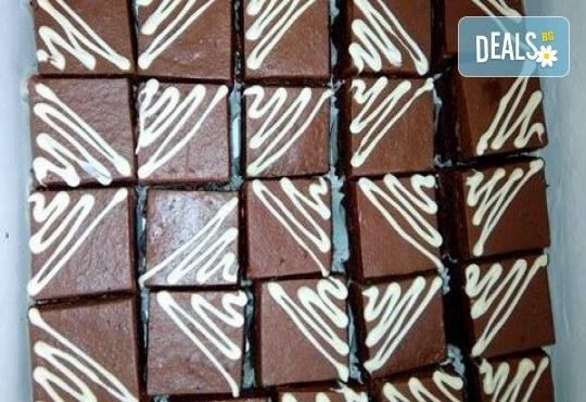 Сладки моменти! 30 броя шоколадови мини тортички (петифури) с крем, какаови блатове и декорация от Muffin House! - Снимка 3