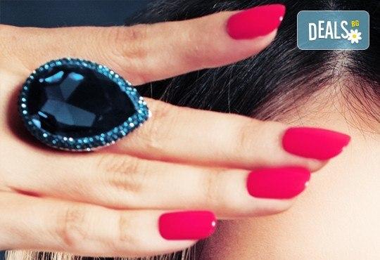 Бъдете стилни и безупречни с дълготраен маникюр с гел лак BlueSky или Clarisa в салон за красота Beautiful Nails - Снимка 1