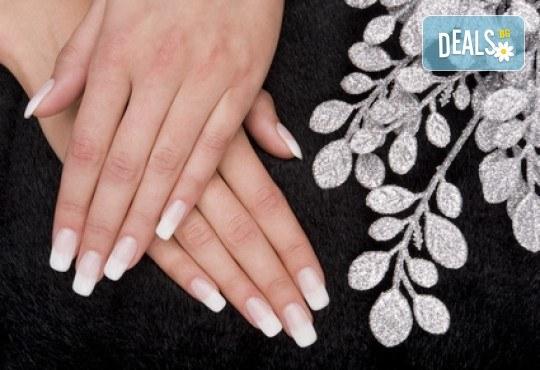 Подсилете ноктите си с UV гел върху естествени нокти, лак SNB, 2 арт декорации с вграждане на елементи или перманентент френски от салон Superlativ Beauty House - Снимка 2