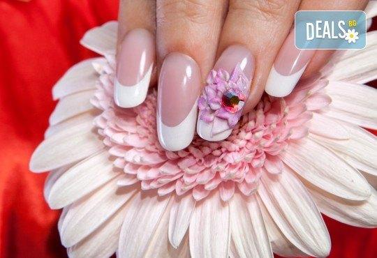 Подсилете ноктите си с UV гел върху естествени нокти, лак SNB, 2 арт декорации с вграждане на елементи или перманентент френски от салон Superlativ Beauty House - Снимка 1