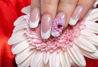 Подсилете ноктите си с UV гел върху естествени нокти, лак SNB, 2 арт декорации с вграждане на елементи или перманентент френски от салон Superlative Beauty House - Снимка