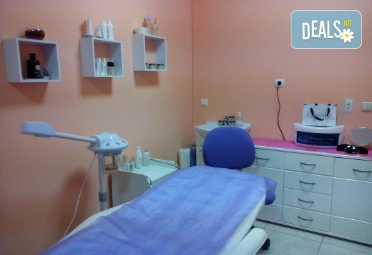 Укрепване на естествени нокти с UV гел, лакиране в цвят по избор с лак O.P.I. и бонуси в студио MNJ - Снимка 9