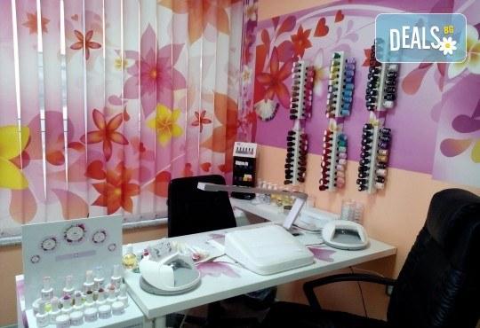 Укрепване на естествени нокти с UV гел, лакиране в цвят по избор с лак O.P.I. и бонуси в студио MNJ - Снимка 5