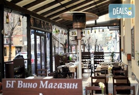 Плато с хрупкави панирани калмари за двама и 2 чаши вино от ресторанта - бяло, червено или розе по избор, BG Wine Bar - Снимка 3