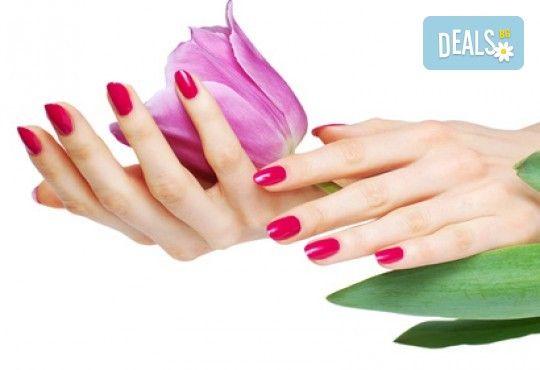 Бъдете изящни и красиви с маникюр с гел лак, 4 декорации и иновативна терапия за нокти по избор в салон Емоция! - Снимка 1