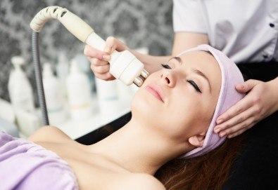 Нежна терапия с Есцин за чувствителна кожа, масаж на лице и ултразвукова почистване в студио Д&В! - Снимка