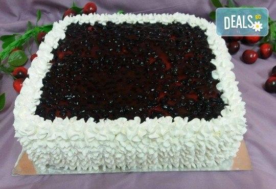 Голяма квадратна плодова торта с боровинки, ягоди или череши от сладкарница Черешка - Снимка 1