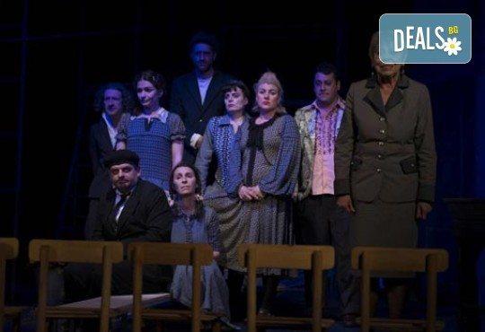 На 12-ти април (сряда): супер комедията Човекоядката с Христо Мутафчиев и още любими актьори в МГТ Зад Канала - Снимка 2