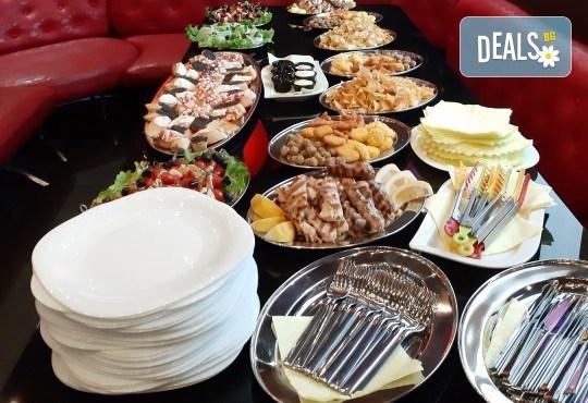 Виенски салон Лагуна Ви предлага 15 броя вкусни петифури с вкус по Ваш избор - баварски или шоколадов крем! - Снимка 5