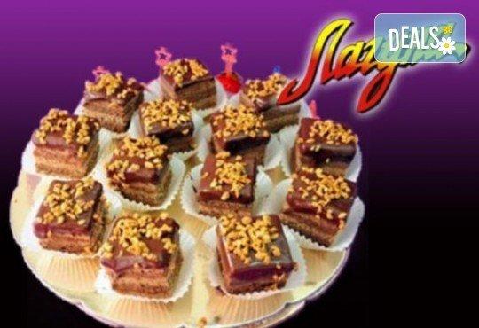Виенски салон Лагуна Ви предлага 15 броя вкусни петифури с вкус по Ваш избор - баварски или шоколадов крем! - Снимка 1