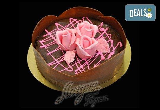 Уникална шоколадова наслада с торта Линд с възможност за доставка от Виенски салон Лагуна! Предплатете сега 1лв! - Снимка 1