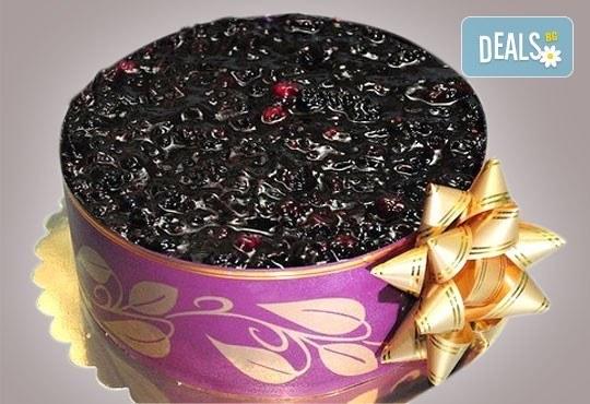 Еклерова торта по избор: с малини, смокини, ягоди или къпини от Виенски салон Лагуна! Предплатете сега 1лв. - Снимка 2