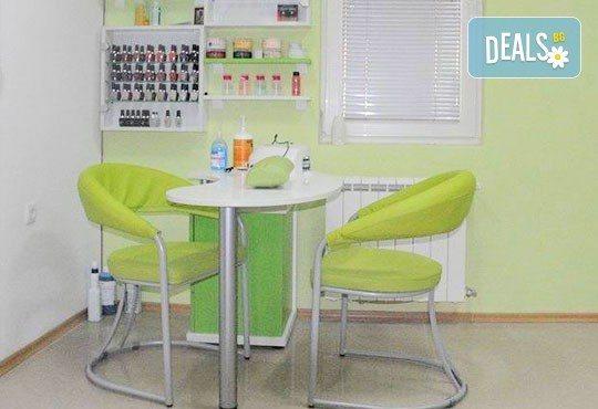 Боядисване с боя на клиента, измиване и терапия с продукти за запазване на цвета и подсушаване в салон Make Trix! - Снимка 5