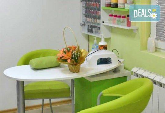 Боядисване с боя на клиента, измиване и терапия с продукти за запазване на цвета и подсушаване в салон Make Trix! - Снимка 6