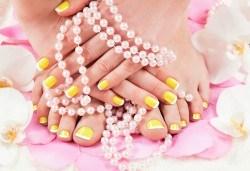 За красиви и поддържани ръце и крака! Маникюр и педикюр с лакове OPI и подарък: оформяне на вежди в Белеца Каза Италиана - Снимка