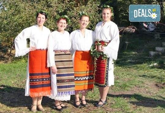 Раздвижете се в ритъма на българското хоро! 2 или 4 посещения на занимания по народни танци в клуб Вишана! - Снимка 7
