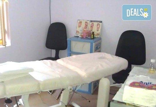 Премахнете сковаността и напрежението с 3 процедури лечебен масаж на гръб в салон Addicted To Style, Варна! - Снимка 2