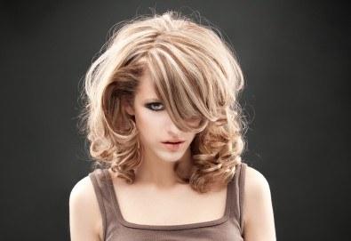 Слънце в косите! Свежи кичури с шапка или фолио, терапия и оформяне на косата със сешоар в Салон за красота Blush Beauty! - Снимка