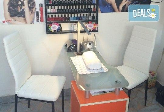 Обикновен маникюр или маникюр с гел лак плюс 2 декорации по избор и масаж на ръцете в студио за красота М - Снимка 4