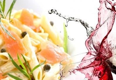 Вкусно предложение за паста с пушена сьомга, каперси и пармезан и чаша бяло или червено вино по избор в ресторант Клуб на актьора! - Снимка