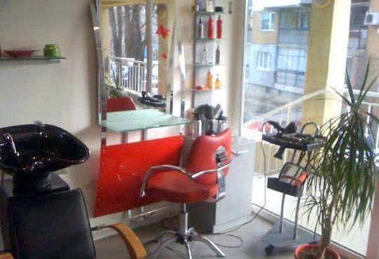 Кератинова терапия, кератинова преса, подстригване, масажно измиване и оформяне на прическа със сешоар в салон за красота Sassy! - Снимка 4