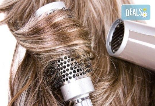 Погрижете се изтощената и безжизнена коса с подстригване, дълбокоподхранваща, хидратираща или арганова терапия и оформяне със сешоар в ADI'S Beauty & SPA! - Снимка 2