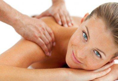 20 минути здраве и регенериране! Оздравителен масаж на гръб и масажна яка при спа терапевт с лечебни билкови масла в Спа център Senses Massage & Recreation! - Снимка