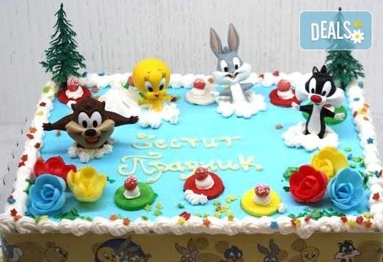 Детска торта от пандишпан с пресни яйца и ванилов и шоколадов мус с безплатен надпис и кутия, от майстор сладкарите на сладкарница Сладост! - Снимка 1