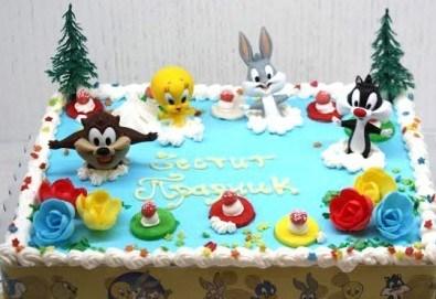 Детска торта от пандишпан с пресни яйца и ванилов и шоколадов мус с безплатен надпис и кутия, от майстор сладкарите на сладкарница Сладост! - Снимка