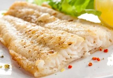 Вечеря за двама! Две порции крехка бяла риба пане + гарнитура пресни пържени картофки и апетитен сос тартар в Ресторант BALITO! - Снимка
