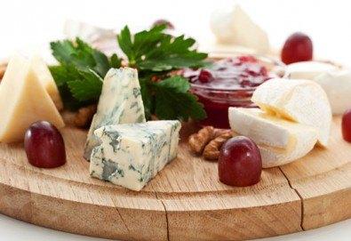 Специално меню за двама - свинско бон филе със специален сос и картофено пюре, плато сирена със сезонни плодове и 2 чаши вино в ресторант Saint Angel - Снимка