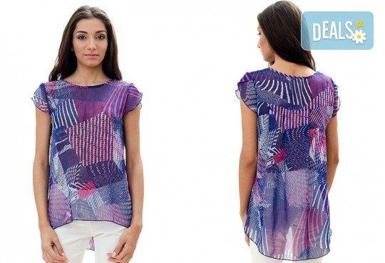 За женствен и изискан стил! Вземете пъстра туника в синьо-розово или блуза в бежово, изработена от 100% вискоза, от Модна къща Ревю! - Снимка 1