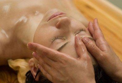 Пълен релакс! Дълбоко релаксиращ болкоуспокояващ масаж на цяло тяло с топли билкови масла и подарък: масаж на скалп в луксозния Senses Massage & Recreation - Снимка