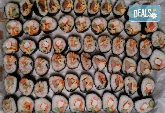 Малкият дракон на Азия! Сет от 50 хапки кимбап корейското суши със сьомга, херинга, сурими, нори, ориз и сусамово олио от Sun of Asia в центъра на София! - Снимка 4