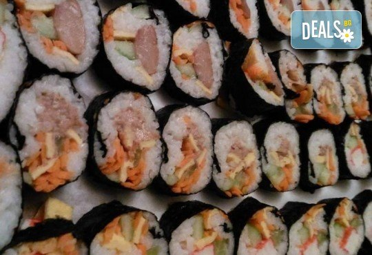 Малкият дракон на Азия! Сет от 50 хапки кимбап корейското суши със сьомга, херинга, сурими, нори, ориз и сусамово олио от Sun of Asia в центъра на София! - Снимка 5