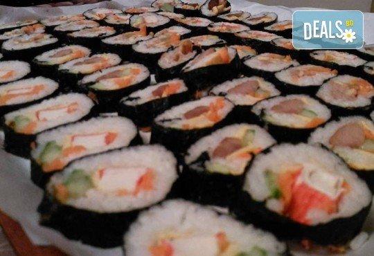 Малкият дракон на Азия! Сет от 50 хапки кимбап корейското суши със сьомга, херинга, сурими, нори, ориз и сусамово олио от Sun of Asia в центъра на София! - Снимка 6