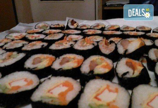 Малкият дракон на Азия! Сет от 50 хапки кимбап корейското суши със сьомга, херинга, сурими, нори, ориз и сусамово олио от Sun of Asia в центъра на София! - Снимка 7