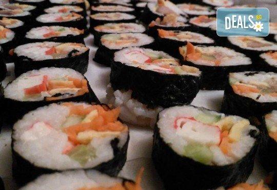 Малкият дракон на Азия! Сет от 50 хапки кимбап корейското суши със сьомга, херинга, сурими, нори, ориз и сусамово олио от Sun of Asia в центъра на София! - Снимка 1