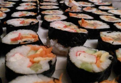 Малкият дракон на Азия! Сет от 50 хапки кимбап корейското суши със сьомга, херинга, сурими, нори, ориз и сусамово олио от Sun of Asia в центъра на София! - Снимка