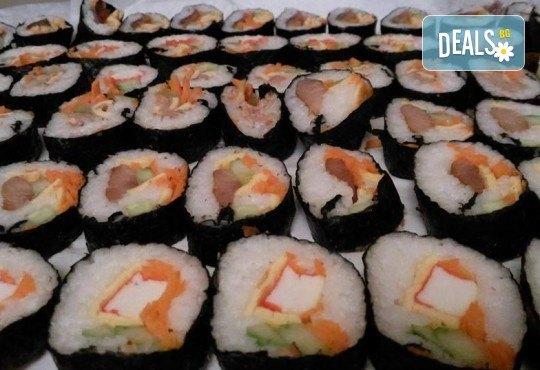 Малкият дракон на Азия! Сет от 50 хапки кимбап корейското суши със сьомга, херинга, сурими, нори, ориз и сусамово олио от Sun of Asia в центъра на София! - Снимка 8