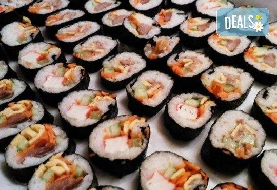 Малкият дракон на Азия! Сет от 50 хапки кимбап корейското суши със сьомга, херинга, сурими, нори, ориз и сусамово олио от Sun of Asia в центъра на София! - Снимка 2