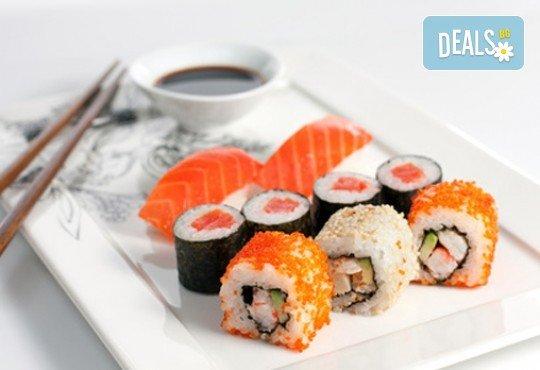Суши сет с 30 хапки: футомаки, сьомга, уакаме, филаделфия, авокадо, уасаби и соев сос от Club Gramophone - Sushi Zone! - Снимка 2