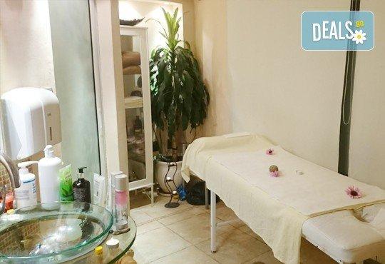 Релаксиращ масаж с лечебен ефект с магнезиево олио, невен и рефлексотерапия на стъпала и шиацу от СПА студио Красота и живот - Снимка 3