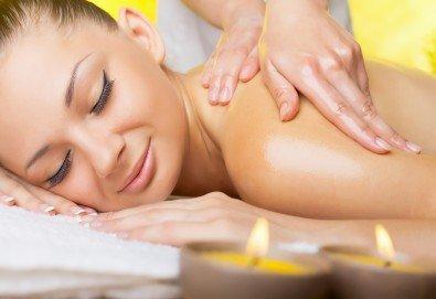 70-минутен антистрес масаж на цяло тяло и глава, подарък рефлексотерапия на ходила в център Beauty and Relax! - Снимка